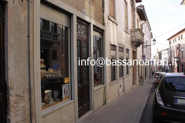 Affitto negozio bassano centro zona ponte degli alpini for Appartamenti arredati affitto bassano del grappa